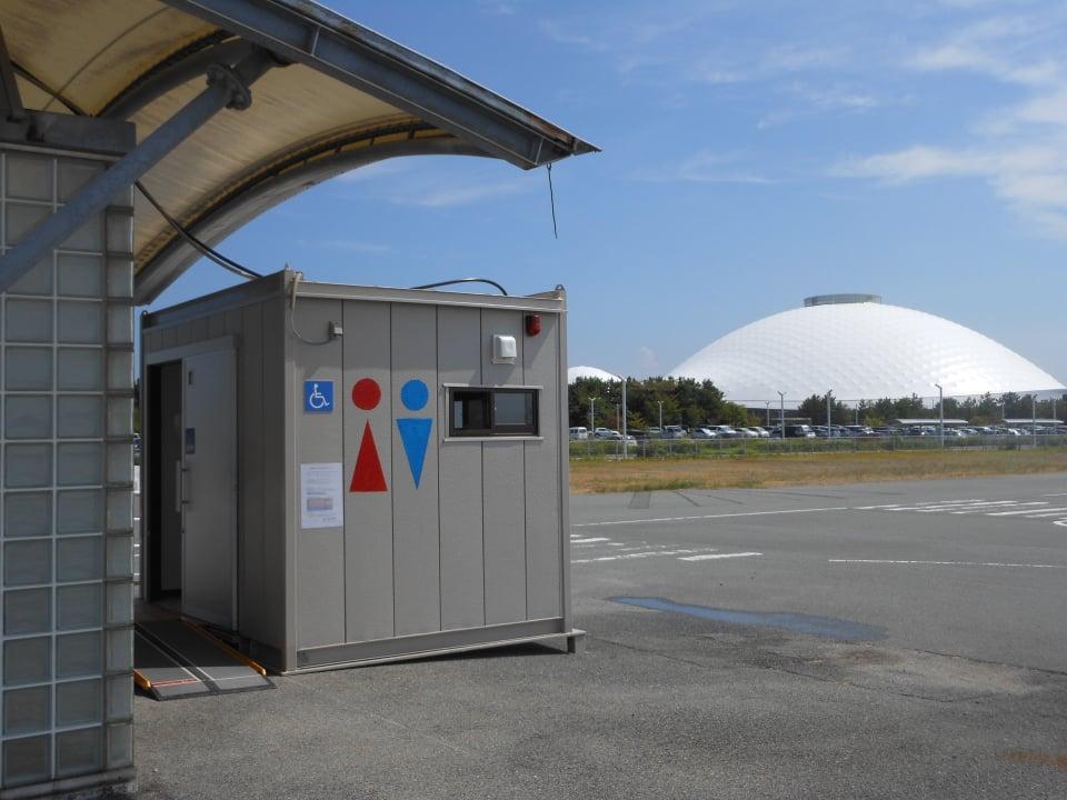 移動式多機能トイレをきらら博記念公園北駐車場に設置